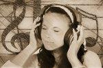 kobieta słuchająca muzyki